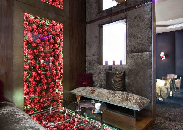 panneau miroir au plafond et mur imprimé restaurant