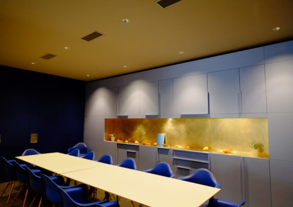 plafond tendu jaune avec spots et ventilation